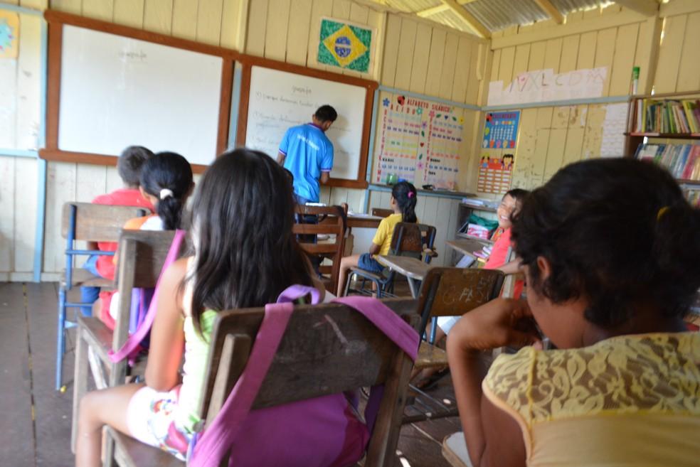 Alunos estudam apenas até o sexto ano na camunidade de Igapó Açu (AM) (Foto: Mary Porfiro/G1)