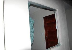 Casa teve janela quebrada durante a tentativa de invasão (Foto: José Aldenir)