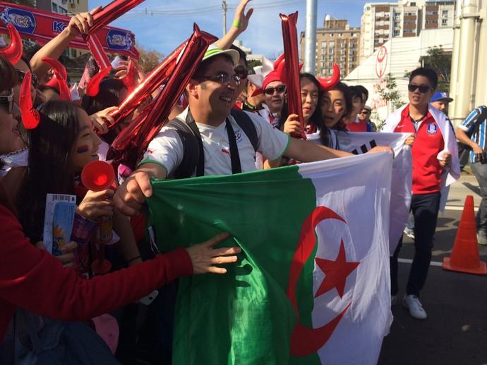Antes do jogo, torcidas de Argélia e Coreia do Sul festejam juntas (Foto: Luiza Carneiro/Globoesporte.com)