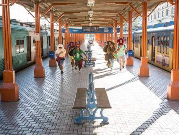 A peça propõe um recorte na jornada dos moradores das grandes cidades (Foto: Divulgação)