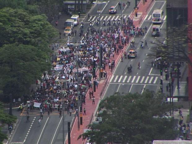 Estudantes fazem protesto na Avenida Paulista contra mudanças nas escolas estaduais de SP (Foto: Reprodução/TV Globo)