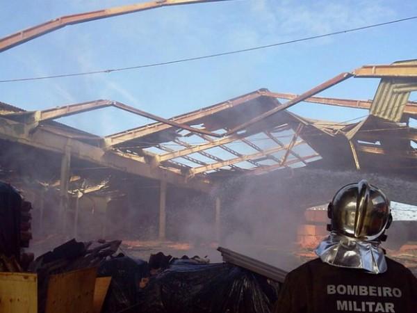 Incêndio ocorreu em armazém de fertilizantes (Foto: Corpo de Bombeiros Militar de Santa Catarina/Divulgação)