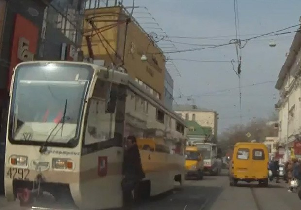Homem não olhou para a frente na hora de atravessar e deu de cara com um ônibus elétrico (Foto: Reprodução/YouTube/Dil21214)