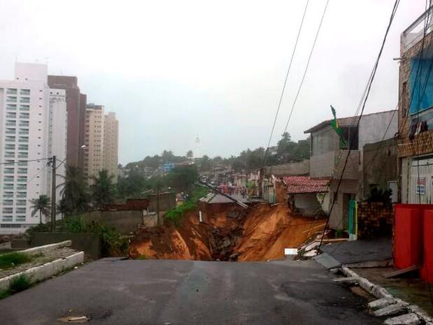 Chuva abre cratera e casas podem desmoronar na rua Guanabara, no bairro de Mãe Luíza, na Zona Leste Natal (Foto: Heloísa Guimarães/ Inter TV Cabugi)