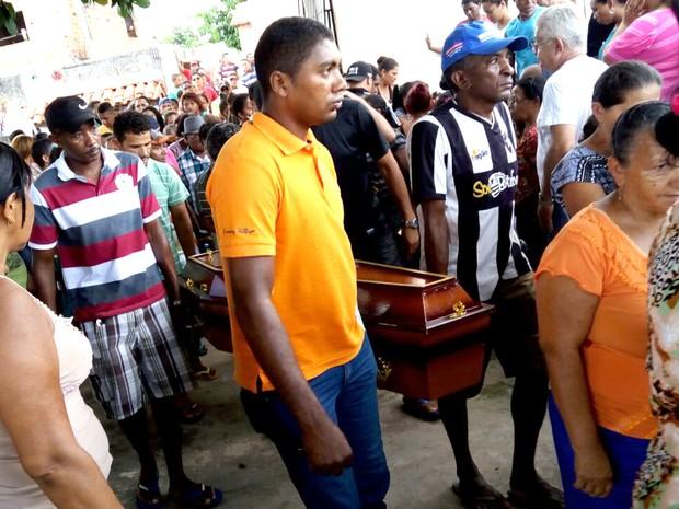 Corpo da criança de 11 anos chegou às 10h10 no cemitério do Gavião (Foto: Danilo Quixaba/Mirante AM)