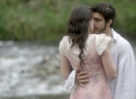 Domitila procura Pedro e eles se beijam