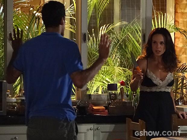 Jairo se assusta com a ameaça da dona da casa e se afasta (Foto: Em Família/TV Globo)