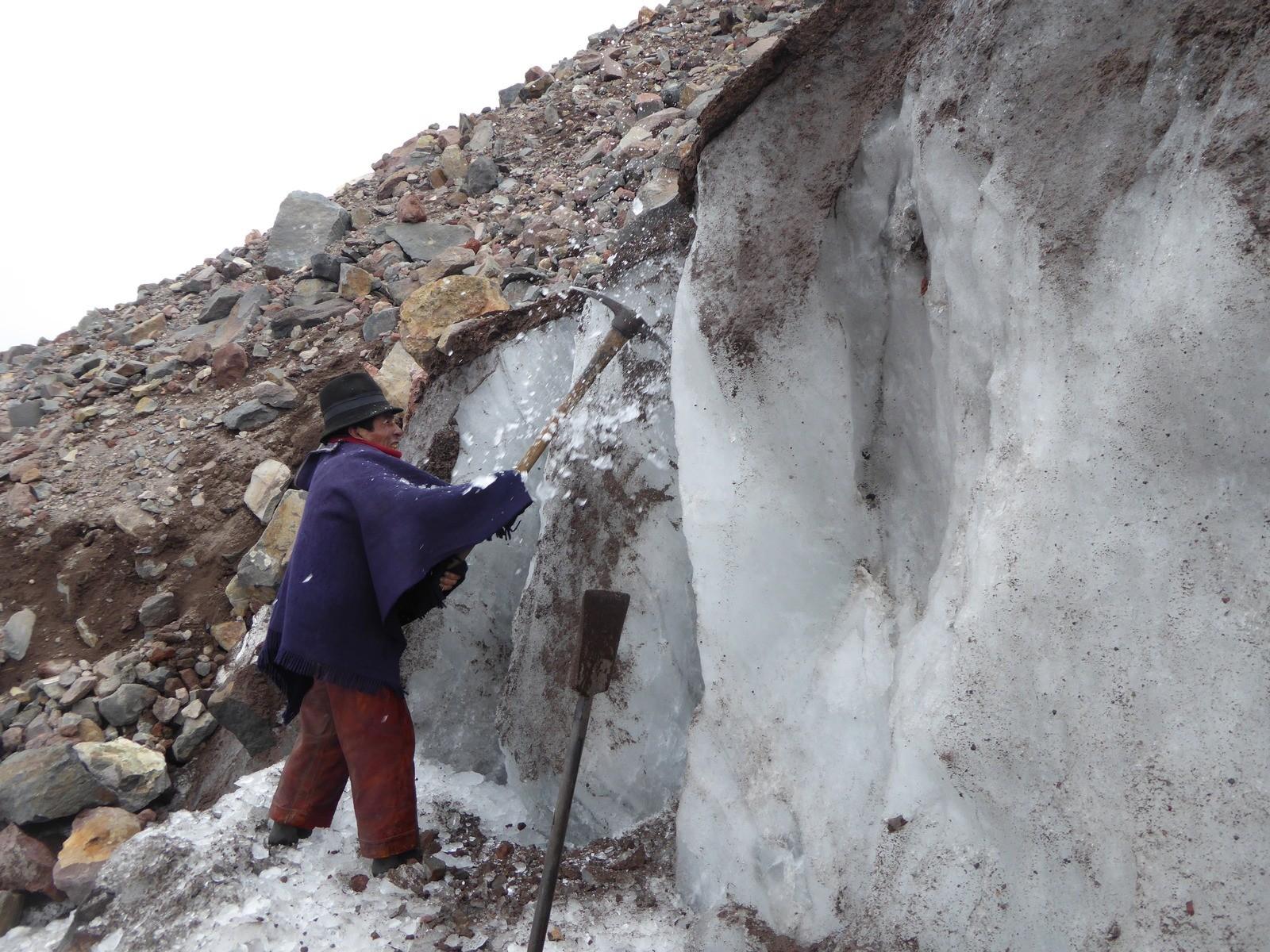 Equatoriano é a última pessoa conhecida a manter tradição secular de minar gelo