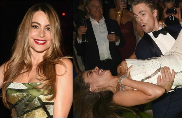 Depois da cerimônia de entrega do Emmy, em agosto, Sofía Vergara foi para uma after party, decidiu entrar na valsa com o coreógrafo Derek Hough e, de tanto ela rodopiar, um seio da atriz acabou escapando do modelo tomara-que-caia. (Foto: Getty Images)