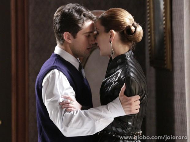 Viktor e Sílvia se beijam e são flagrados por Manfred (Foto: Fábio Rocha/ TV Globo)