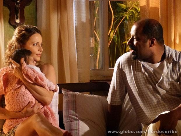 Quirino fala a verdade para Doralice (Foto: Flor do Caribe/TV Globo)