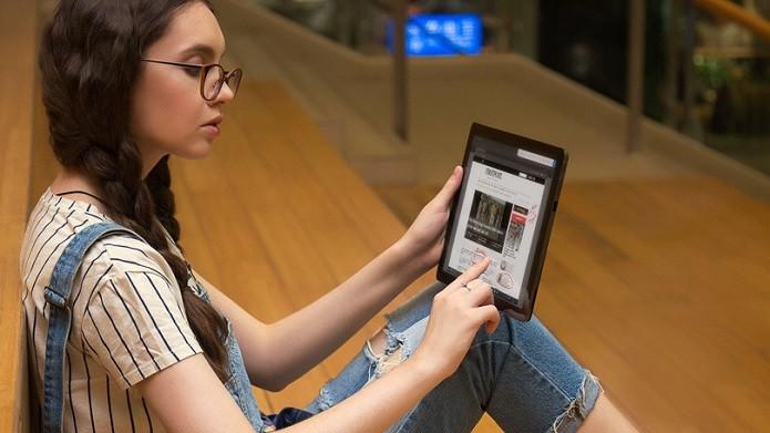 A tela pode ser destacada par ser usada como um tablet com Windows 10 Pro (Foto: Divulgação/Indiegogo)