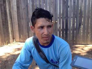 Operário Ademildo da Silva diz que leva comida da obra para casa e divide com a família (Foto: Abinoan Santiago/G1)