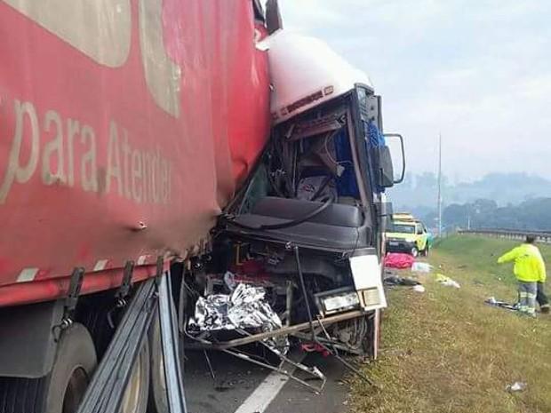 Ônibus que levava romeiros bateu atrás da carreta em Itatiba (Foto: Douglas Teixeira/Arquivo pessoal)