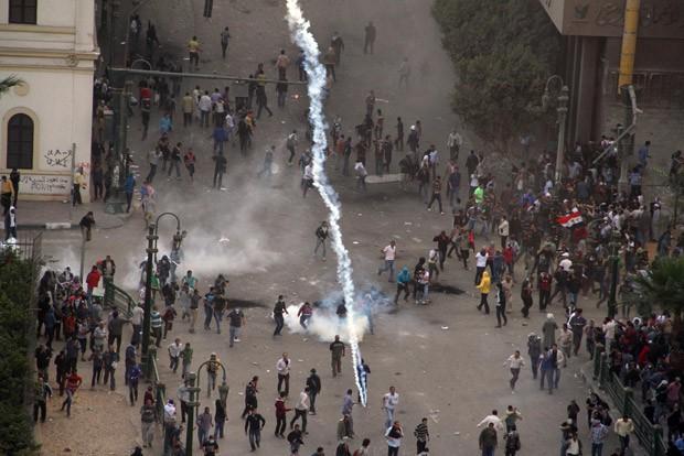 Manifestantes entram em confronto com policiais nesta sexta-feira (23) nas ruas do Cairo (Foto: AFP)