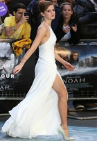 Look do dia: Emma Watson usa vestido com fenda em première