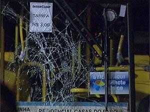 Vidro de ônibus estilhaçado dentro de garagem em Campinas (Foto: Reprodução EPTV)