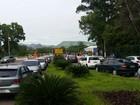 Grupo protesta e impede entrada de carros na Ufes, em Vitória