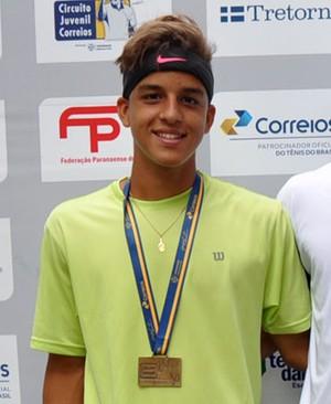 Gustavo Cruz (primeiro da esq. para dir.) treina atualmente com equipe de São José dos Campos (Foto: Rubens Lisboa / Circuito Juvenil Correios / Divulgação)
