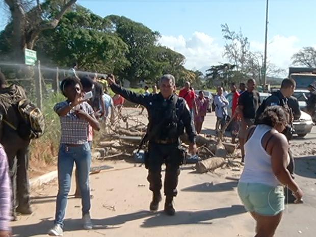 Policiais usaram spray de pimenta  (Foto: Reprodução/Inter TV)