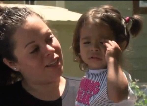 Menina ficou no carro por cerca de 15 minutos  (Foto: Reprodução / YouTube Canal Fox)