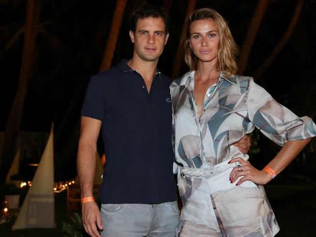Renata Kuerten e o namorado em festa em Fortaleza, no Ceará (Foto: Francisco Cepeda e Denilson Santos/ Ag. News)