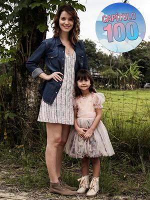 A pequena Nathália Costa posa ao lado da xará, Nathalia Dill (Foto: Camila Camacho/ Gshow)
