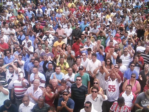Rodoviários reunidos em assembleia no Conic neste domingo (Foto: TV Globo/ Reprodução)