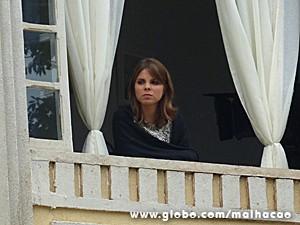 Monique fica observando o irmão da janela (Foto: Malhação / TV Globo)