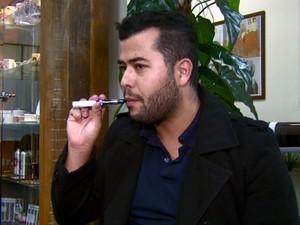 Júnior Petroneri comprou o cigarro eletrônico pela internet (Foto: Reprodução/EPTV)