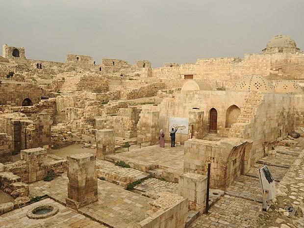 Turistas passeiam por ruínas no centro da cidade de Aleppo, no norte da Síria, em 6 de janeiro de 2011  (Foto: Photo by Kaveh Kazemi/Getty Images)
