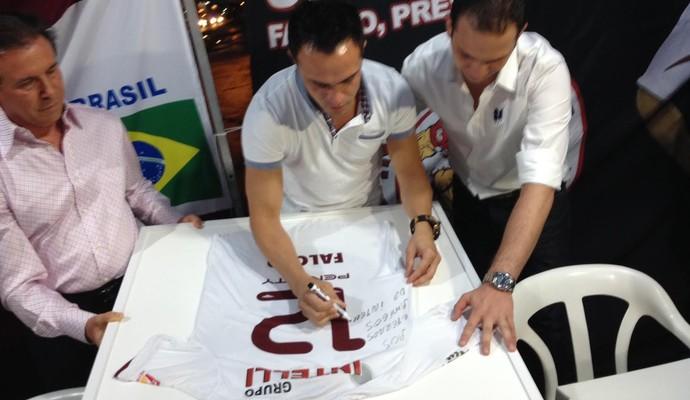 Falcão é homenageado pela diretoria do Orlândia (Foto: Cleber Akamine/GloboEsporte.com)