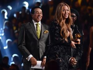 Beyoncé recebe seu terceiro Grammy da noite (Foto: John Shearer/AP)