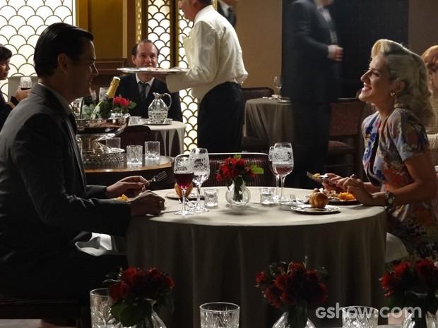 Manfred almoça com Cristina e a chama de Amélia (Foto: Joia Rara/TV Globo)