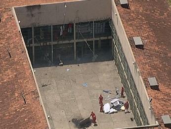 Presos fazem pilha de colchões (Foto: Reprodução/Globocop/TV Globo Minas)