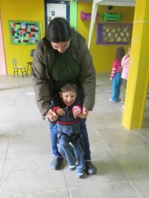 Sabrina criou macacão para ajudar Lucas, de 5 anos, a se locomover (Foto: Escola Vivendo a Infância/Divulgação)