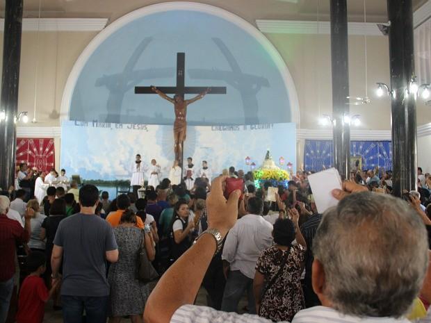 Multidão Lota Igreja De Nossa Senhora Aparecida Na