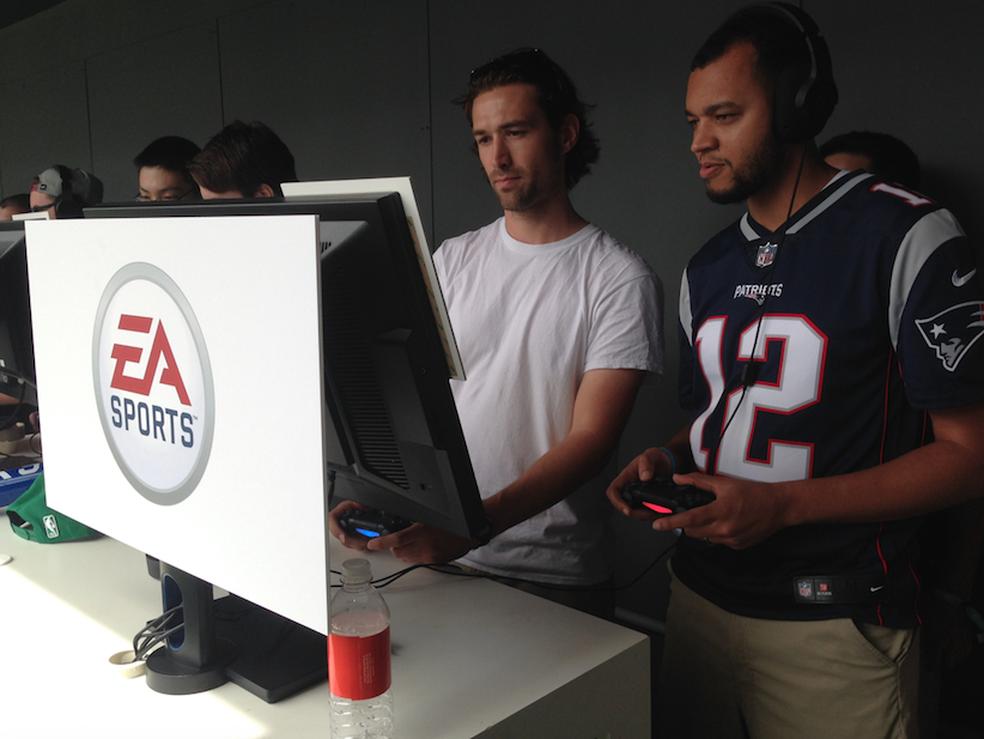 Público testando FIFA 18 no evento da EA (Foto: Felipe Vinha)