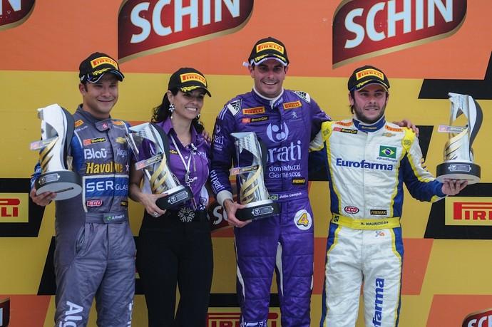 Júlio Campos, Allam Khodair e Ricardo Maurício no pódio da corrida 1 da Stock Car em Tarumã (Foto: Duda Bairros / Divulgação)