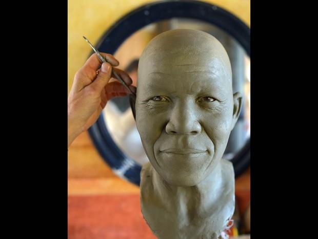 A escultora italiana Francesca Romana Di Nunzio está trabalhando em uma estátua do líder sul-africano Nelson Mandela, morto em dezembro passado. A estátua vai ser usada para criar uma imagem de cera de mandela para o Museu de Cera de Roma. (Foto: Gabriel Bouys/AFP)