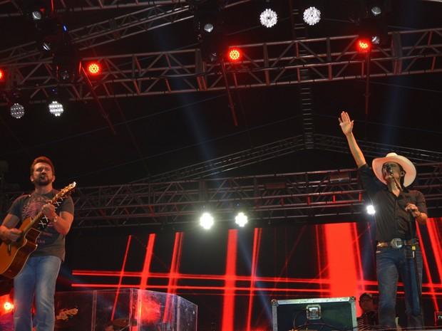 Jads e Jadson cantaram várias músicas românticas (Foto: Jonatas Boni/ G1)