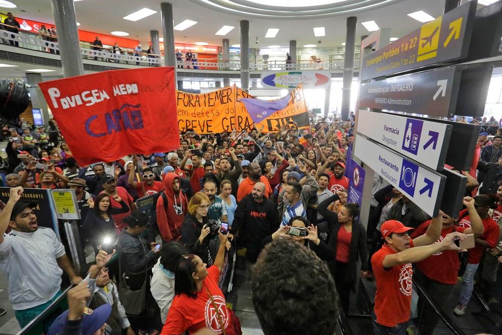 Manifestantes protestam no Aeroporto de Congonhas, na Zona Sul de São Paulo. Centrais sindicais e movimentos sociais convocaram para hoje, 30, uma nova greve geral em protesto contra as reformas da Previdência e trabalhista, propostas pelo governo Temer (Foto: Nelson Antoine/Estadão Conteúdo)