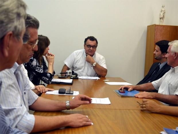 Promotor ouviu os questionamentos da população nesta segunda-feira (21) (Foto: Eduardo Guidini/ G1)