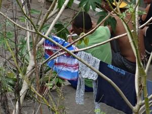 Moradores fizeram varal no terreno, onde colocam roupas para secar (Foto: Antonio José Miranda)