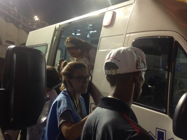 Maria Rita sai da ambulância (Foto: EGO)