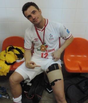 Falcão mostra proteção na coxa que utilizou durante a final da Liga Futsal (Foto: Emilio Botta)