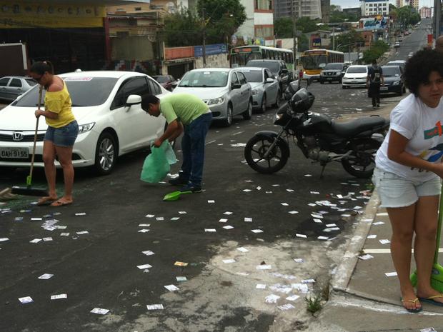 Eleitores tentaram ajudar na limpeza (Foto: Suelen Gonçalves/G1 AM)