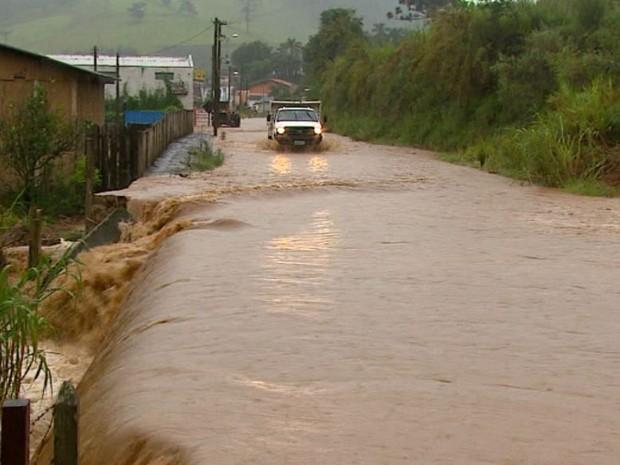 Rio do Peixe sobe e alaga duas pontes e 30 casas em Divinolândia (Foto: Rodrigo Sargaço/EPTV)