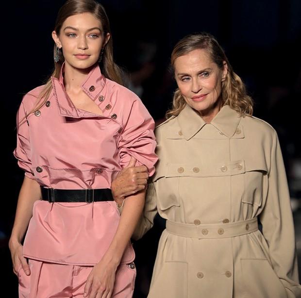 Bottega: Reunindo modelos de diferentes gerações na passarela, como Gigi Hadid e Lauren Hutton, a grife mostrou sua coleção de pegada utilitária e chique (Foto: Getty Images e Imaxtree)