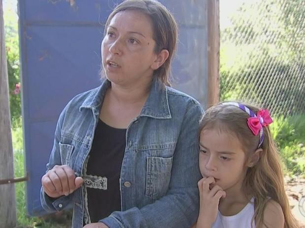 Dona de casa Maria de Albuquerque e a filha são algumas das afetadas (Foto: Reprodução/ TV TEM)